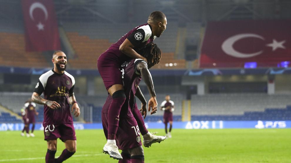 Los jugadores del PSG, durante la celebración de uno de los goles del...