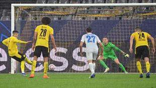 Sancho lanza el penalti que puso por delante al Dortmund