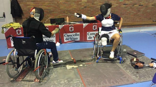 Judith Rodríguez, aprendiendo a entrenar en silla con el maestro Mariño.
