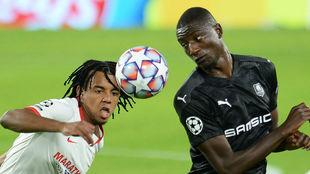El central sevillista Jules Koundé (21) y Guirassy (24) disputan el...