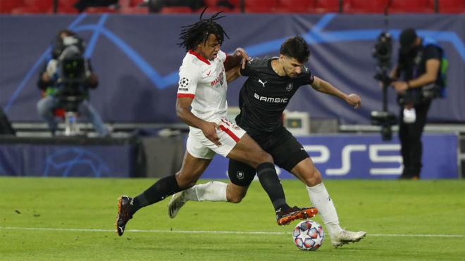 Koundé le arrebata la pelota a Terrier ante el Stade Rennes.