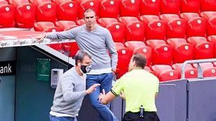 Garitano, apoyado en el banquillo, mientras Ferreira pide...