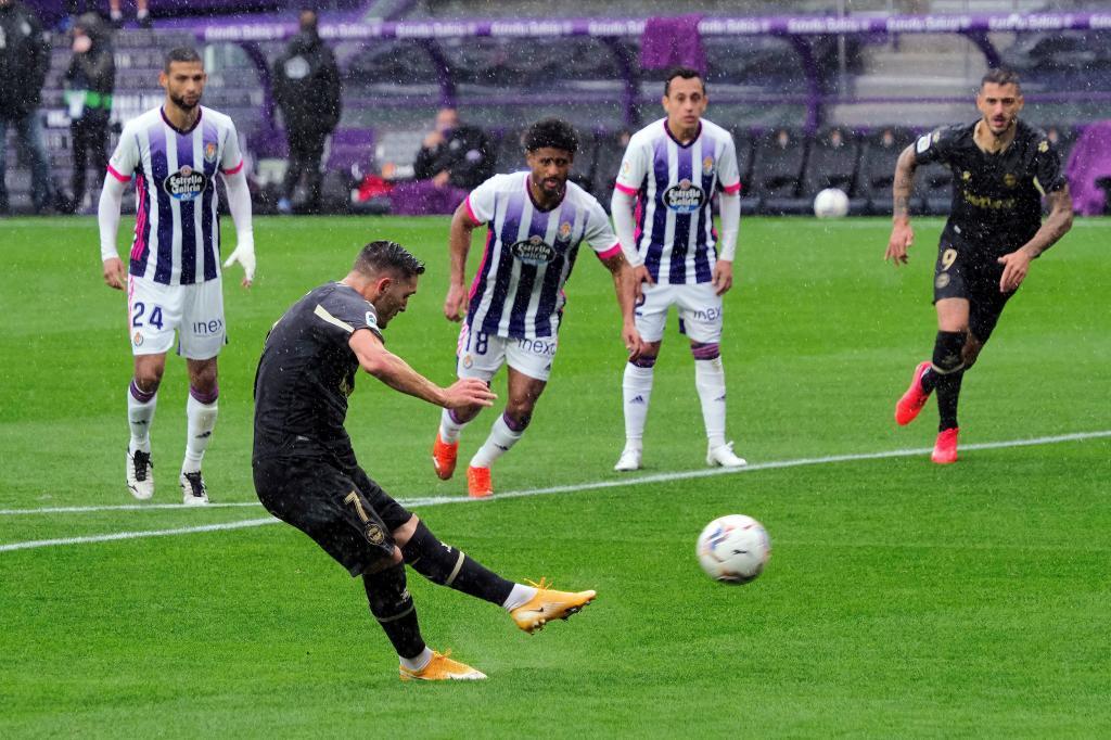 Lucas Jerez ejecuta un penalti frente al Valladolid