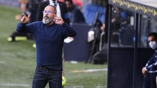 Cervera da indicaciones en un partido del Cádiz.