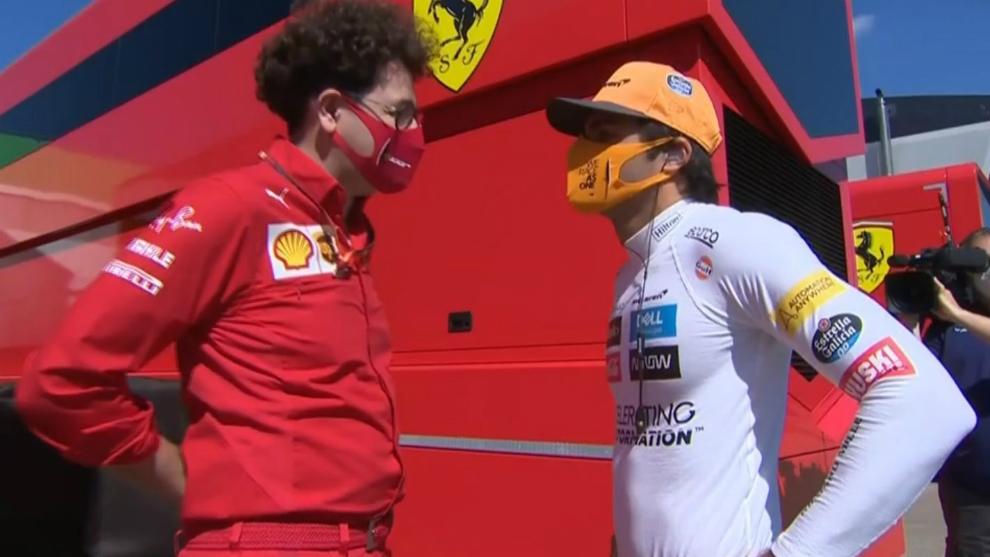 Binotto habla con Sainz.