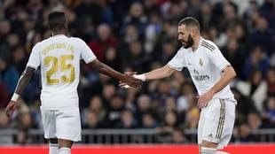 Benzema y Vinícius se saludan en un partido con el Real Madrid.