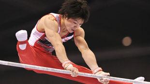 Uchimura, en un ejercicio en las paralelas
