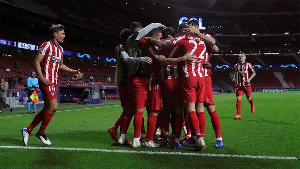 Los jugadores del Atlético de Madrid celebran el gol de la victoria...