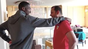 Kondogbia y Murty se saludan amistosamente en el hotel de...