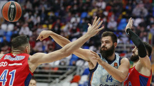 Dubljevic trata de doblar un balón ante la defensa de Kurbanov y...