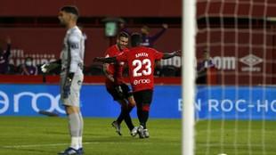 Amath Ndiaye celebra su gol con Dani Rodríguez, el primero que marca...