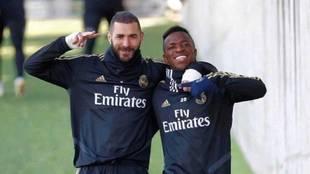 Benzema y Vinícius posan juntos durante un entrenamiento en...