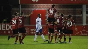 Los jugadores del Mirandés celebran el gol de Ezzarfani en el minuto...