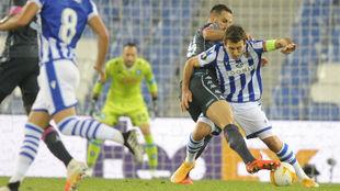 Oyarzabal trata de hacerse con el balón ante Maksimovic.