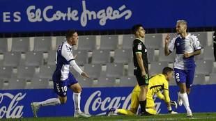 Edgar corre para celebrar con Stoichkov el gol del Sabadell, con...