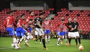 Lance del partido entre el Granada y el PAOK en Los Cármenes.