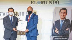 José Muñoz recibió su galardón de manos del director de El Mundo,...