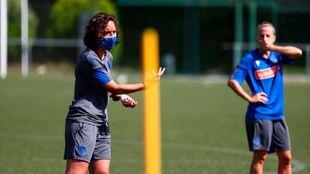 Natalia Arroyo explica un ejercicio, durante un entrenamiento en...