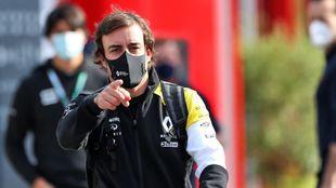 Alonso, en el paddock de Imola