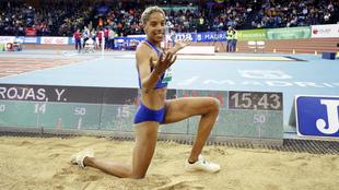 Yulimar Rojas posa junto a su récord del mundo el pasado mes de...