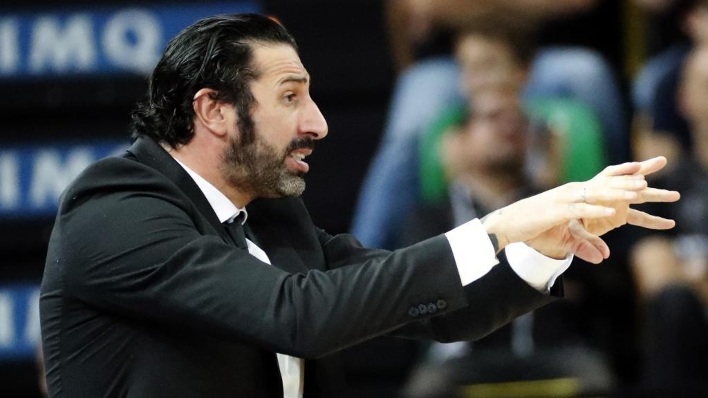 Álex Mumbrú da instrucciones durante un encuentro del Bilbao Basket.