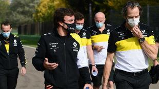 Fernando Alonso da la vuelta a pie en Imola, con los ingenieros de...