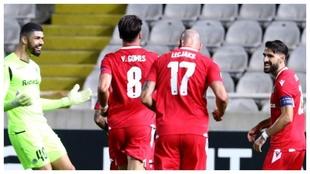 Los compañeros corren a felicitar a Jordi Gómez tras su golazo...