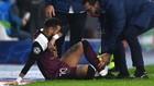 Neymar es atendido por el médico del PSG en el partido ante el...