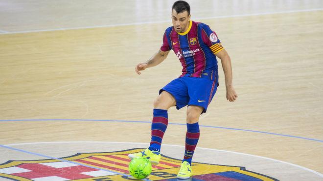 Sergio Lozano golpea el balón durante un partido con el Barça.