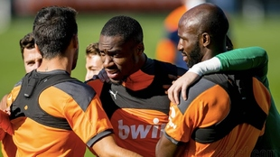 Kondogbia, abrazado por sus compañeros en el entrenamiento de este...
