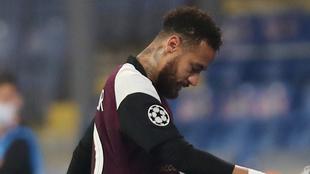 Neymar al salir lesionado en el duelo del PSG ante el Istambul.