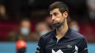 Novak Djokovic resopla tras su contundente derrota ante Sonego.