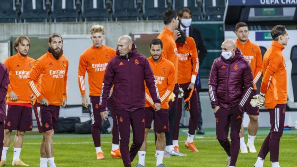 Zinedine Zidane junto a sus jugadores en un entrenamiento