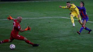 Salvi supera por debajo de las piernas a Dmitrovic para anotar el 0-2.