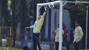 Guillermo Ochoa en entrenamiento con el América.