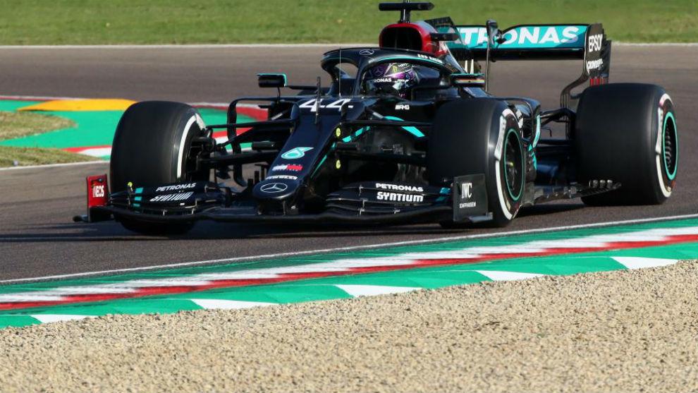 Hamilton, durante los entrenamientos LIbres del GP de Emilia Romagna.