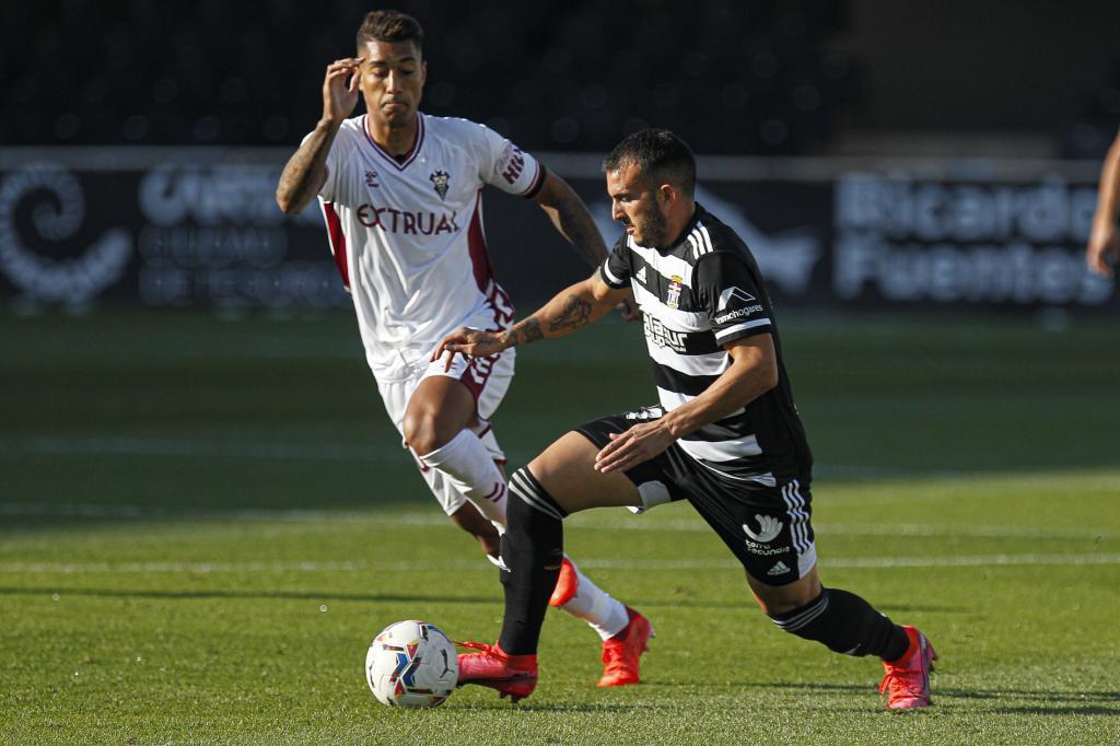Elady conduce el balón ante la presión de Eddy Silvestre