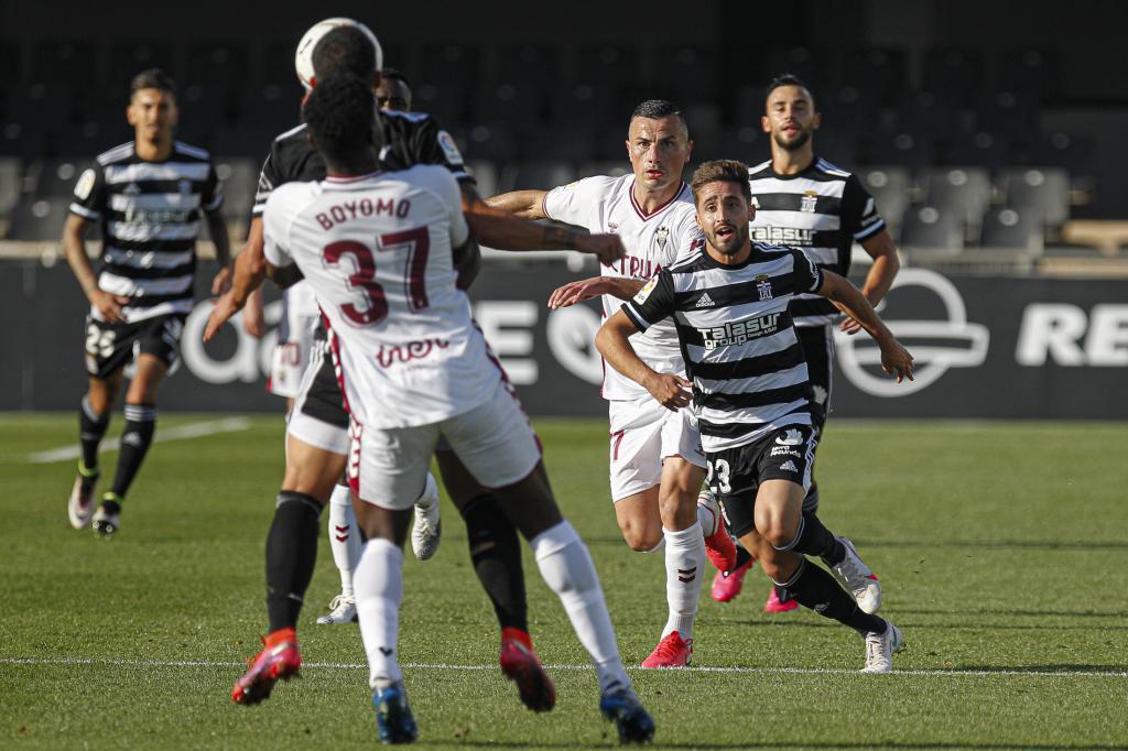 El central Boyomo salta con un jugador del Cartagena