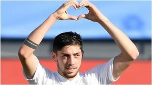 Valverde dibuja un corazón con sus manos en la celebración de su gol...