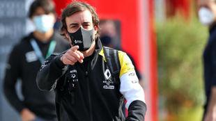 Alonso, en el paddock del circuito de Ímola.