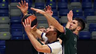 El jugador del Obradoiro Czerapowicz trata de anotar ante la defensa...