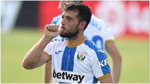José Arnaiz celebra el gol que marcó al Mirandés llevándose la...