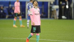 Messi se lamenta de una ocasión fallada en el Alavés-Barcelona