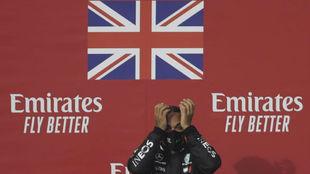 Lewis Hamilton, en el podio de Imola.