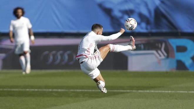 Eden Hazard intenta controlar un bal