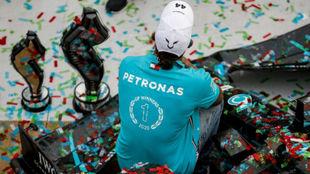 Hamilton sobre su coche, rodeado de trofeos y confeti tras el séptimo...