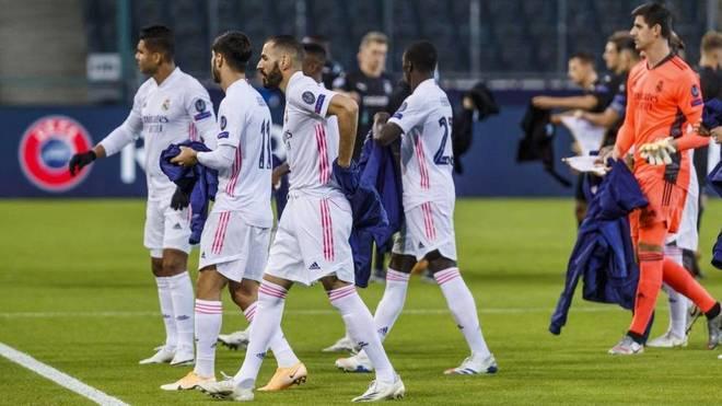 Los jugadores del Real Madrid se despojan del abrigo en Alemania.