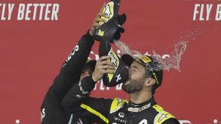 Daniel Ricciardo da de beber a Ricciardo en el podio de Imola de su...