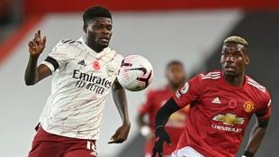 Thomas, perseguido por Pogba, en el partido ante el Manchester United.