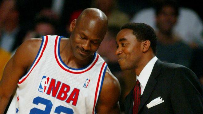 Michael Jordan e Isiah Thomas conversan durante el All Star de 2003.